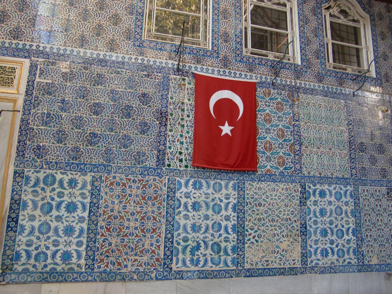 Turkse vlag op kleurige Iznik tegels