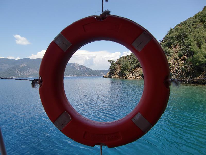 vaarvakantie Turkije reddingsboei met uitzicht op zee