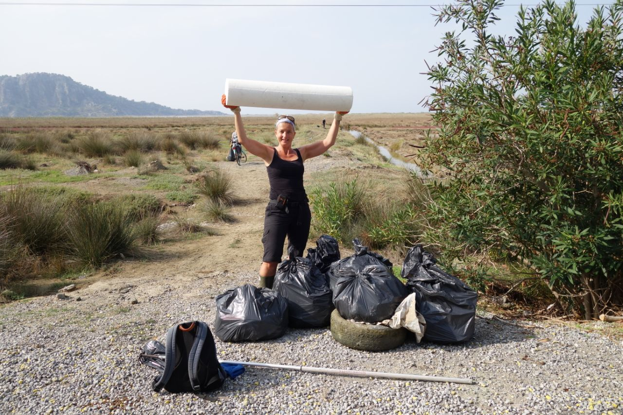 Turkeytraveller Margreet met volle vuilniszakken