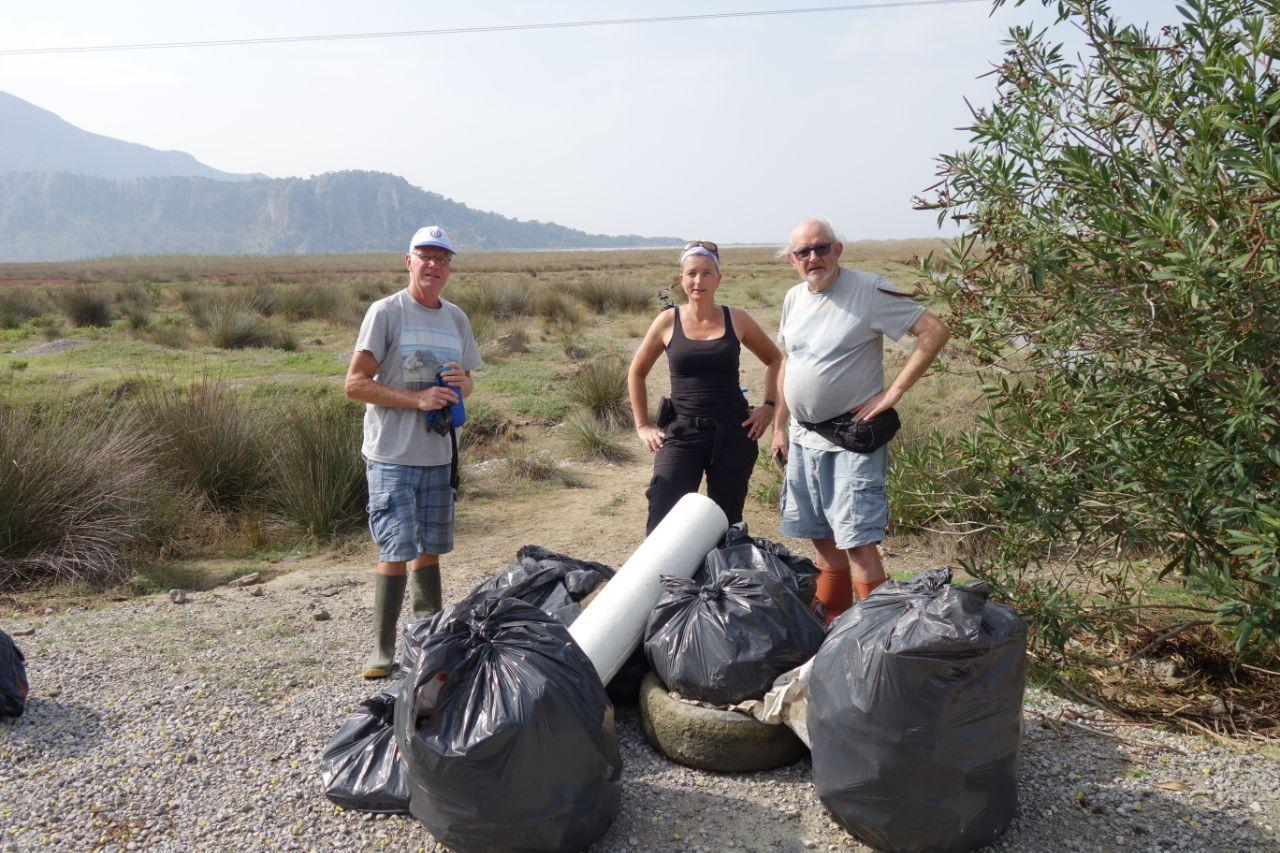 Dalyan riverbums met volle vuilniszakken