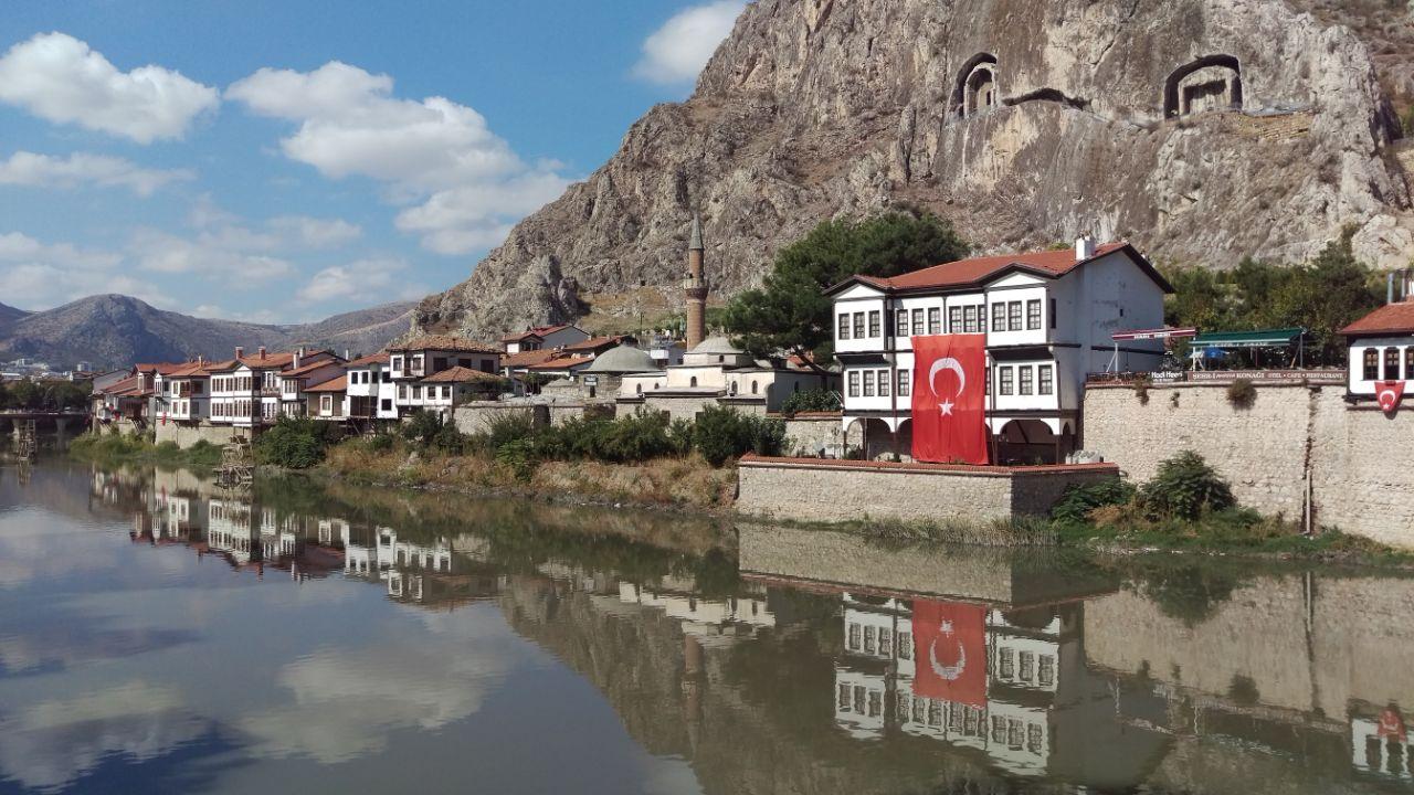 Rondreis Midden Turkije Amasya rivier met Ottomaanse huizen