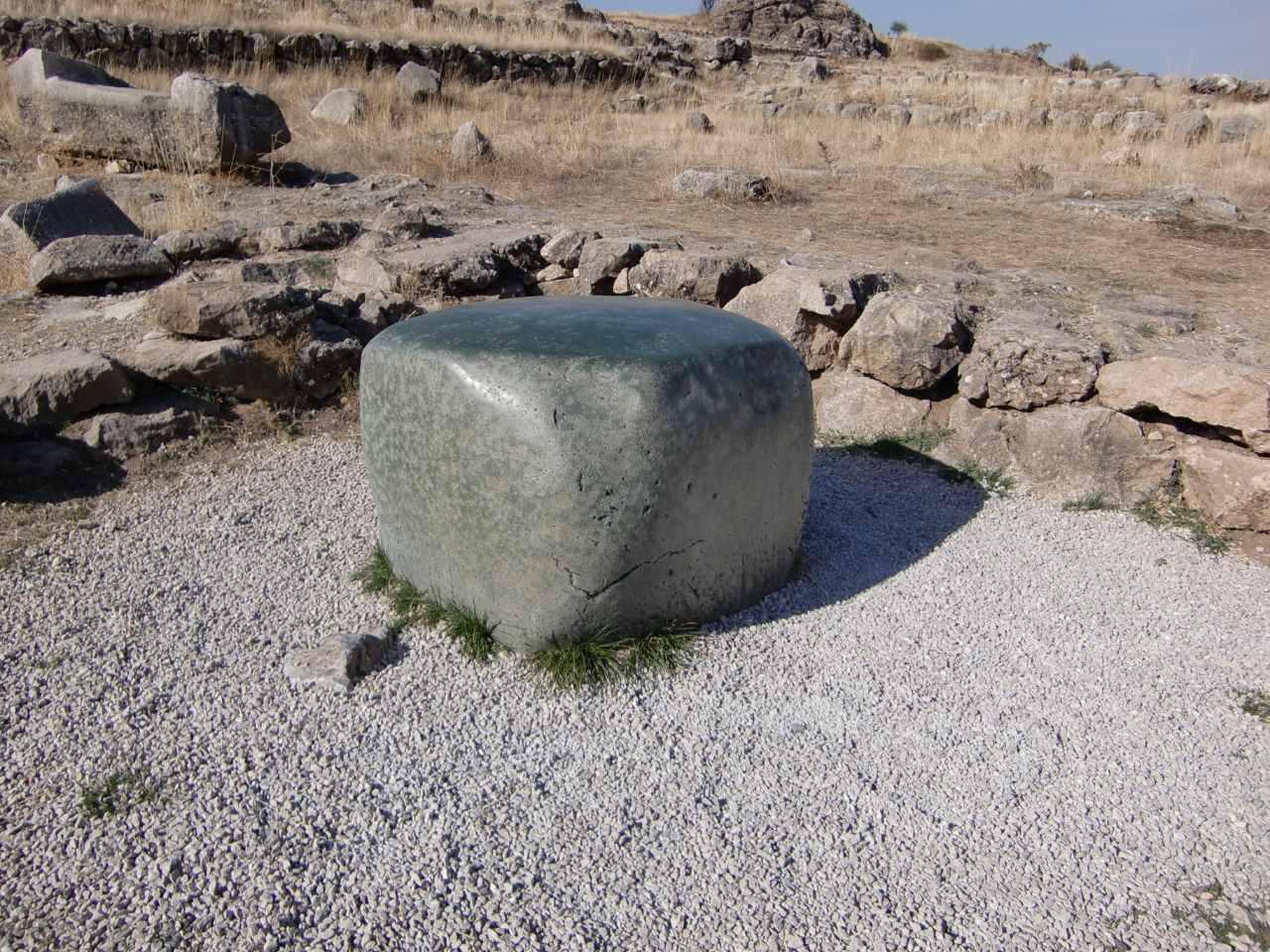 Rondreis Midden Turkije Hattusa groene kubusvormige steen