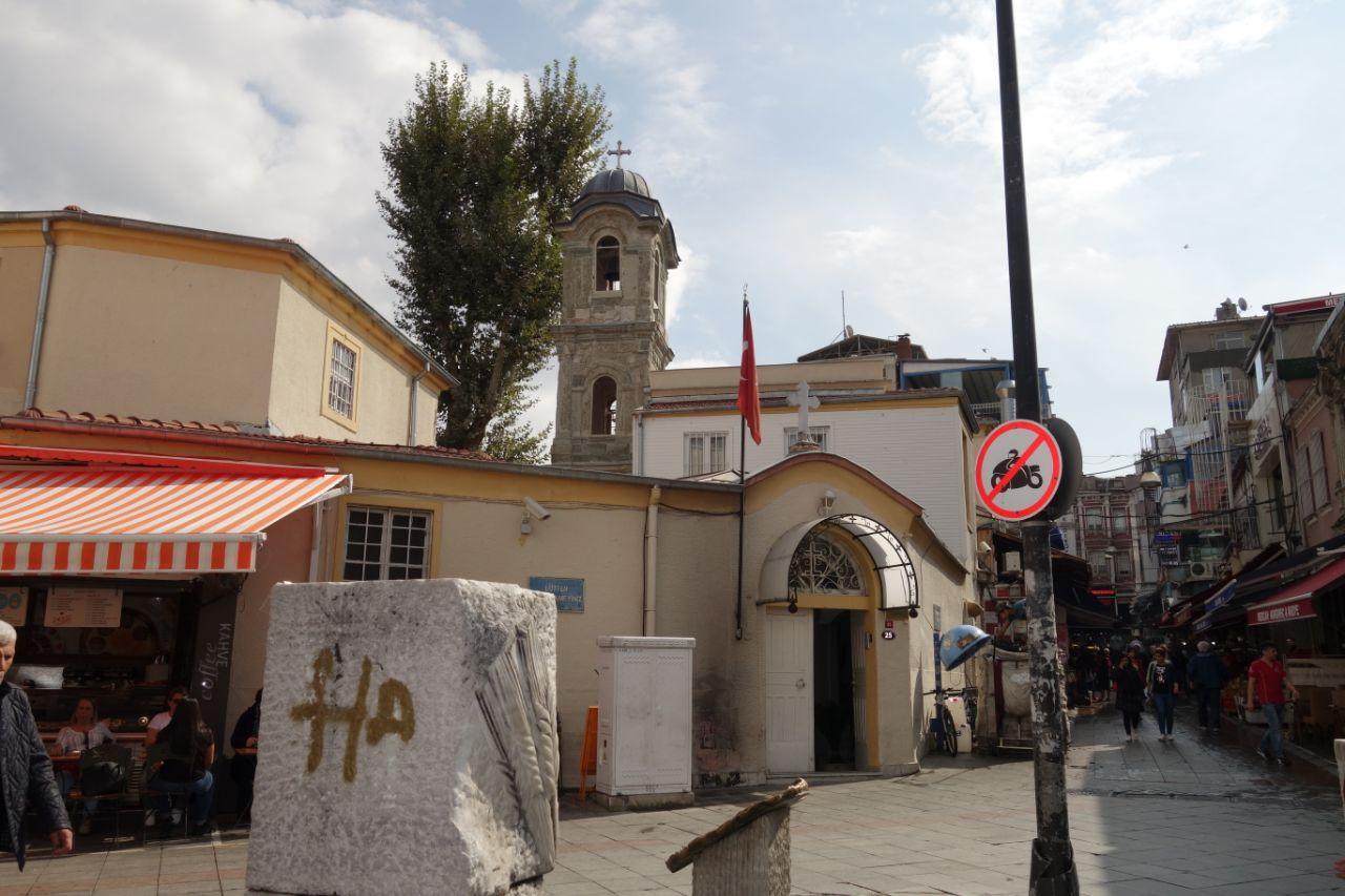 kerkje in Kadiköy winkelstraat