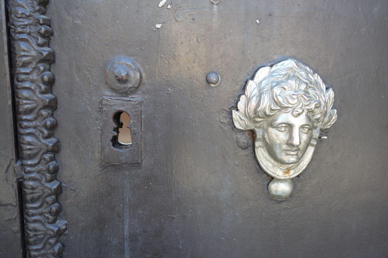 zwarte kerkdeur met zilveren decoratie