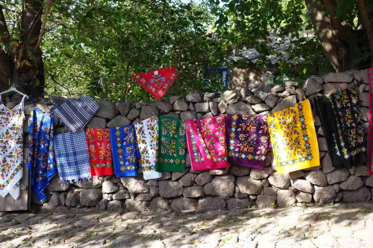 Rondreis Westkust Turkije Assos kleurige doeken