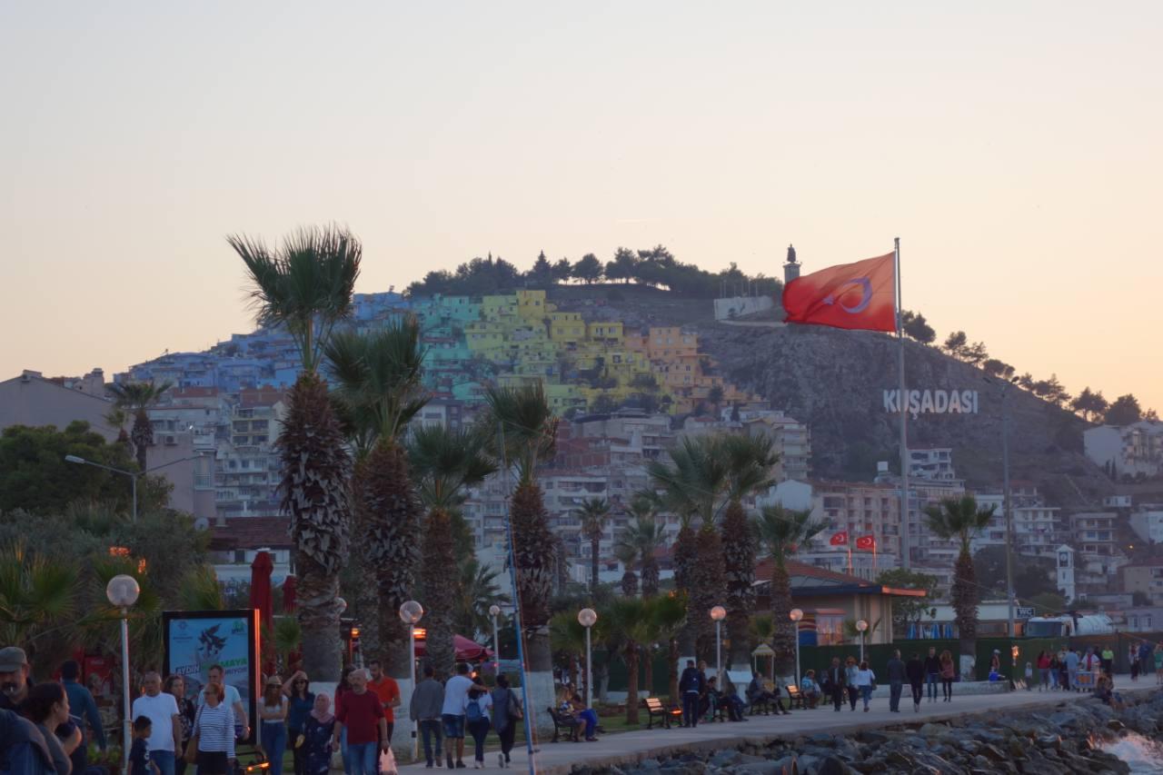 Rondreis Westkust Turkije Kusadasi heuvel met gekleurde huizen