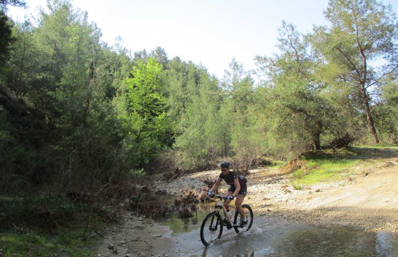 Bikefun Turkije rivier oversteken