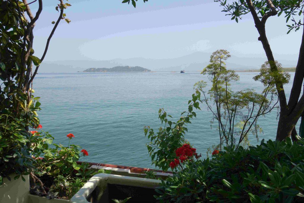 Uitzicht op Köycegiz meer vanaf Summer garden botanic boat met bloemen op de voorgrond