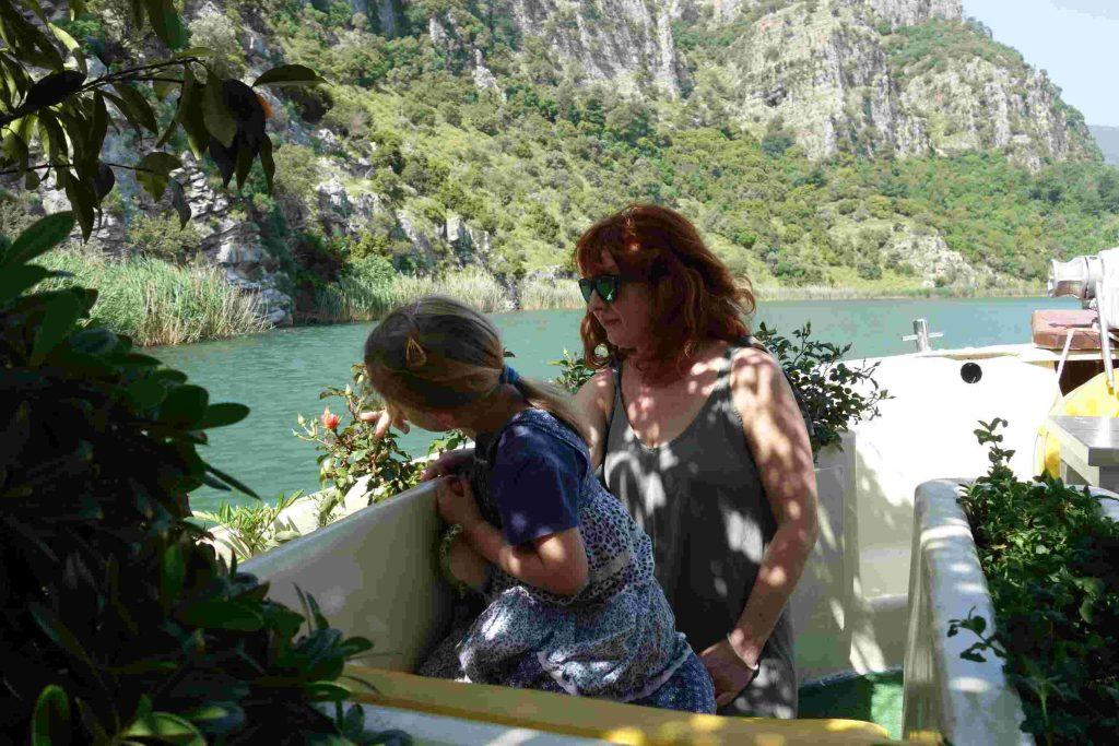 Vrouw en meisje aan boord van Summer garden bekijken de bloemen
