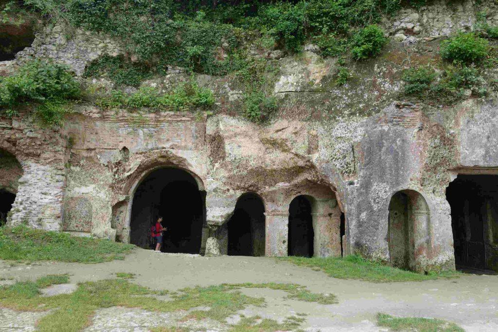 Buitenaanzicht van klein in de rotsen uitgehouwen Sint Nicolaasklooster met bogen en pilaren in Kiyiköy-Thracië