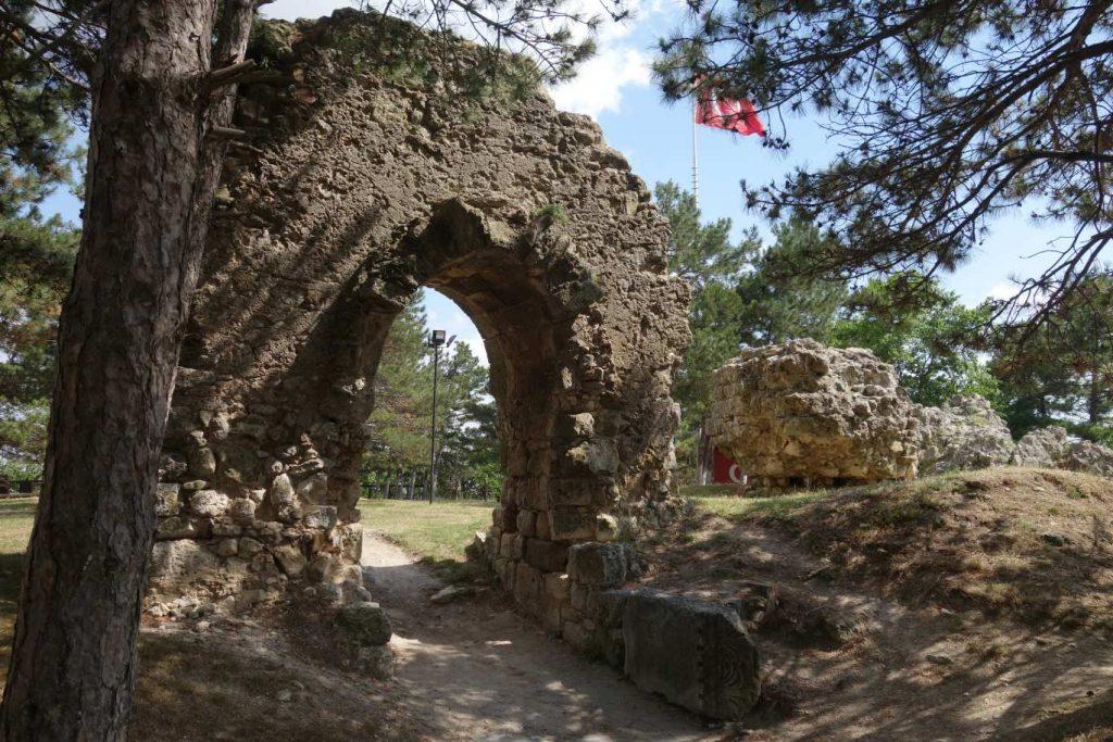 Restanten van een burcht, een heel oude stenen boog en een stuk stadsmuur in Vize - Thracië