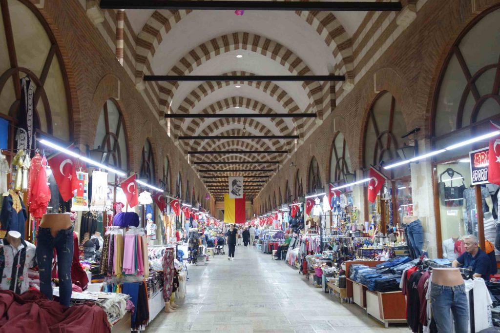 Een overdekte Turkse bazaar met aan weerszijden winkeltjes