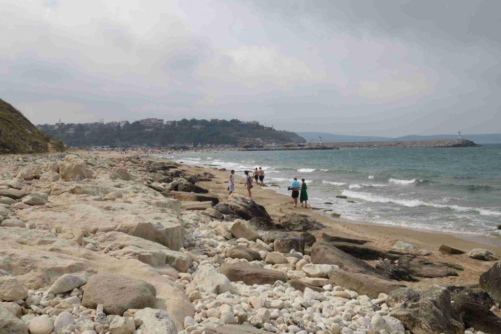 Strand van Kıyıköy, Thracië met in de verte het dorp bovenop de heuvel