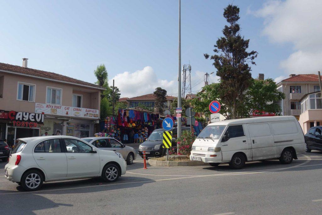 Een wit busje en een witte auto staan langs een rotonde geparkeerd ondanks het bord verboden parkeren in Riva - Thracië