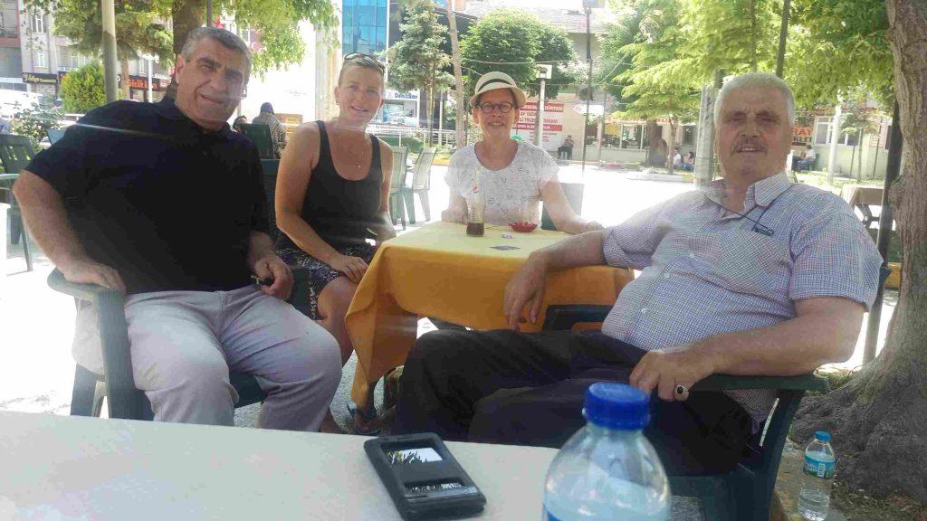 Twee Turkse mannen en Margreet en Ans in de theetuin in Saray-Thracië