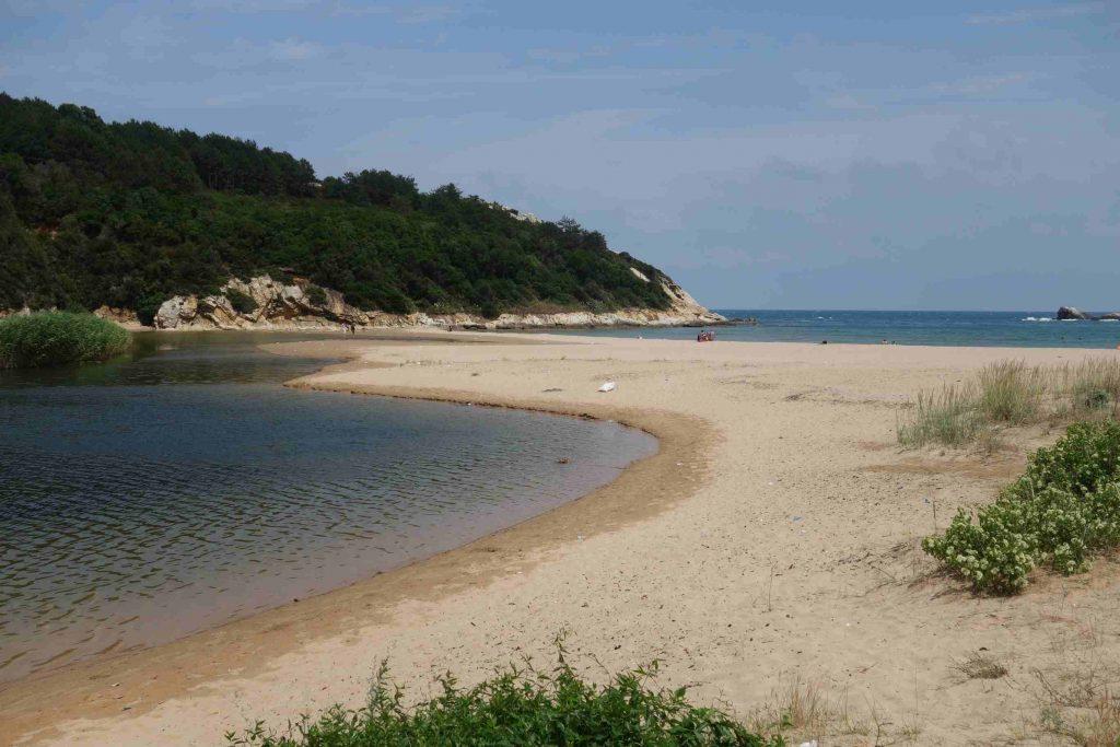 Baai bij Kastro -Thracië met aan de ene kant zee en aan de andere kant de rivier