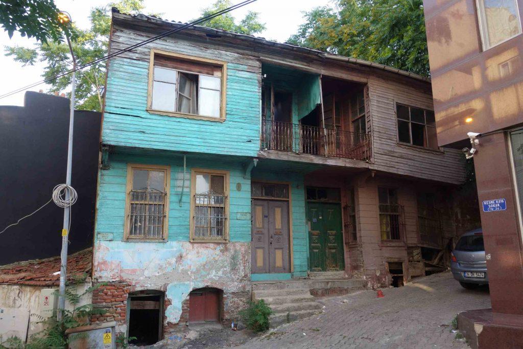 Twee oude houten Ottomaanse huizen in Tekirdag-Thracië, een groen en een bruin