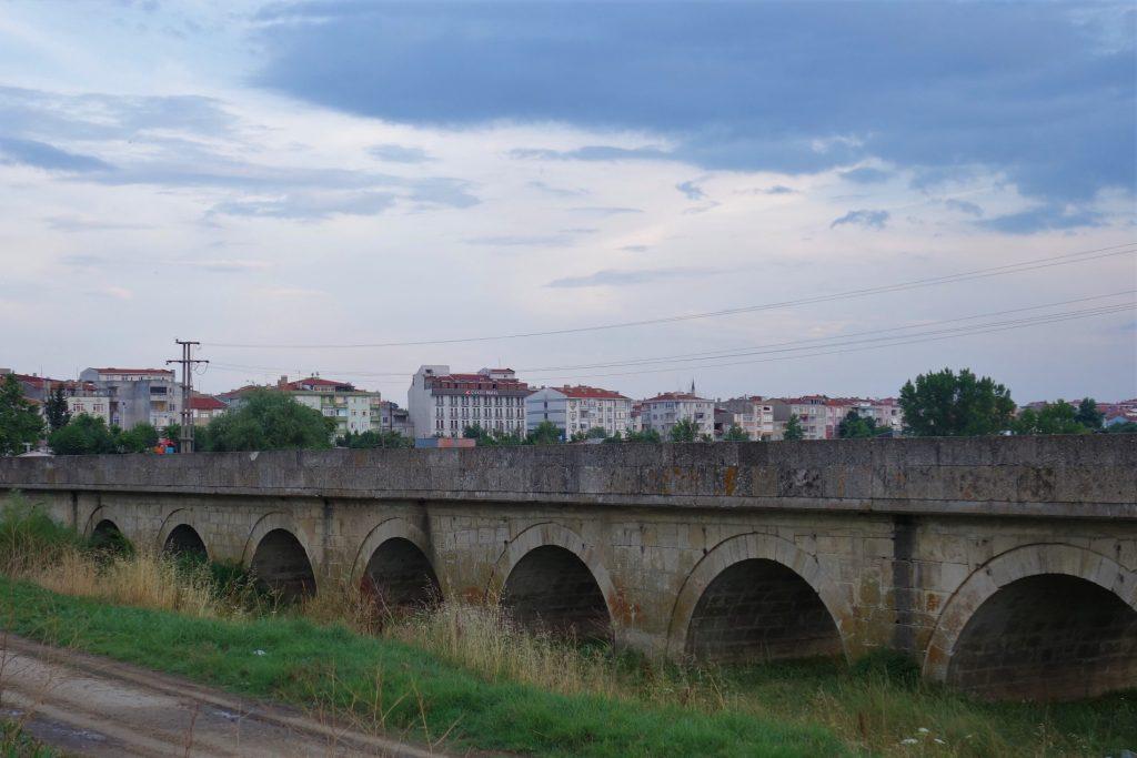 Lange stenen brug met bogen eronder