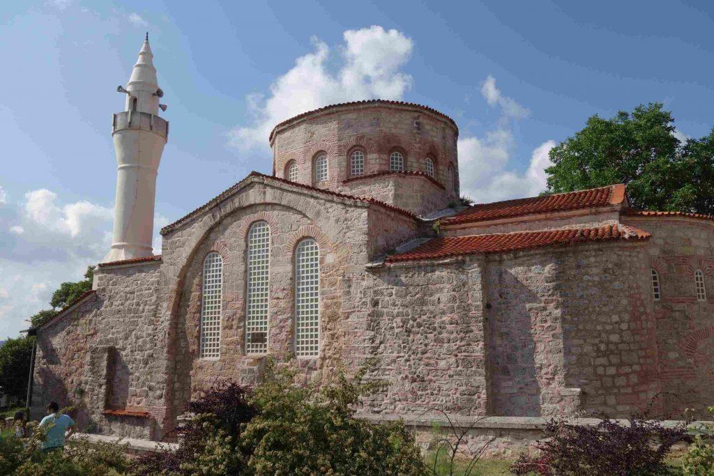 Kleine Aia Sofia in Vize  Thracië, oude gerestaureerde moskee gebouwd van natuursteen met witte minaret