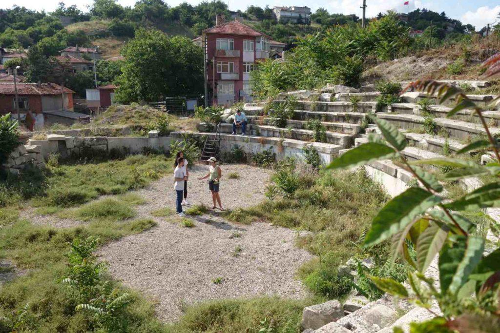 Amfitheatertje deels met groen overwoekerd en huizen eromheen in Vize - Thracië