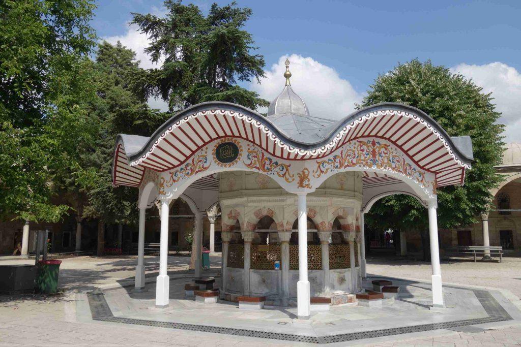 Fontein voor rituele wassing met kleurrijk dak bij een moskee in Lüleburgaz - Thracië