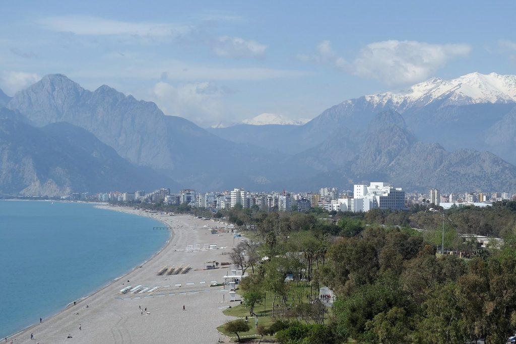 Konyaalti strand bij Antalya met op de achtergrond een besneeuwde bergtop