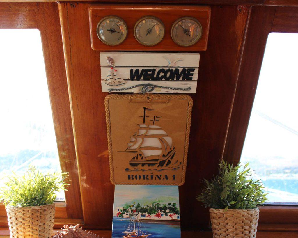 Borina 1 gület met weerstation en bordje welcome