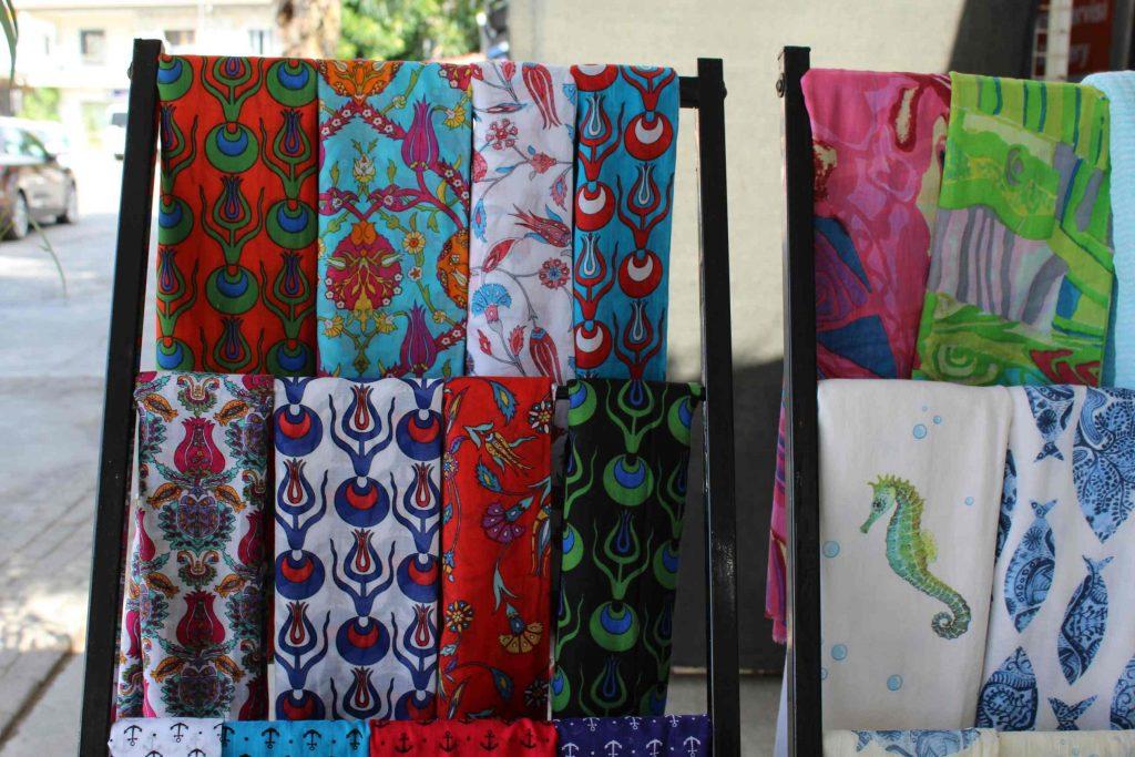 Shawls met kleurrijke Turkse dessins gedrapeerd over een rek