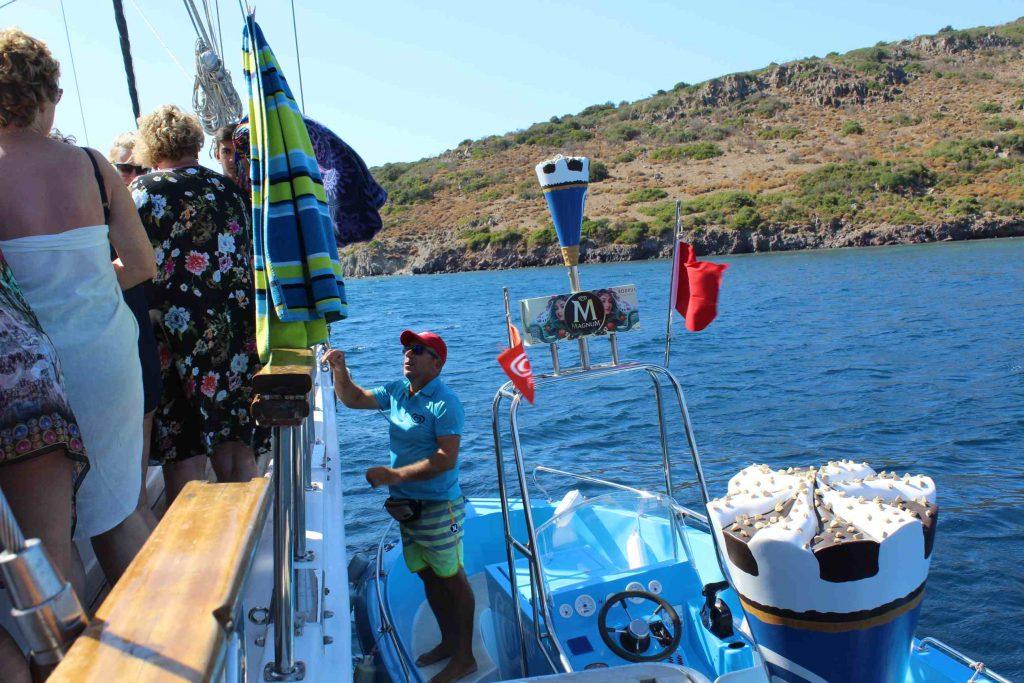 Passagiers aan boord van een Turks zeilschip kopen ijs bij een ijsverkoper op een boot
