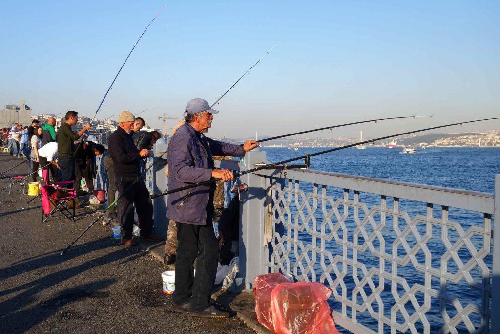 Vissers op de Galatabrug in Istanbul