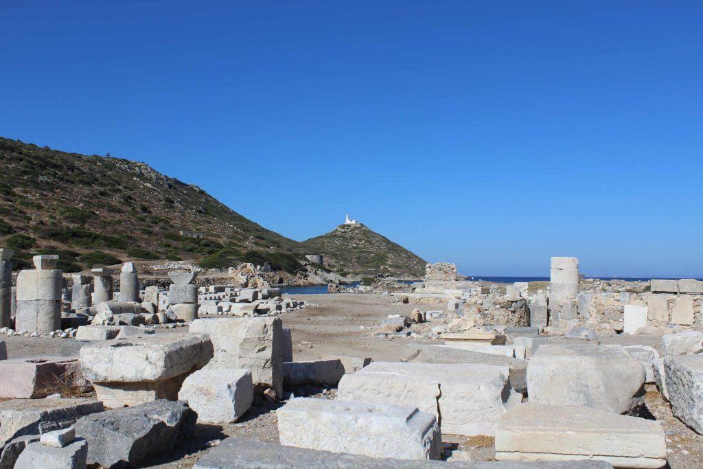 De antieke stad Knidos met zicht op de haven en een klein wit vuurtorentje op een berg