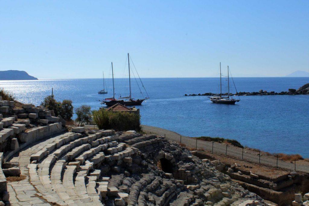 Het amfitheater van de antieke stad Knidos met op de achtergrond de zee en twee zeilschepen