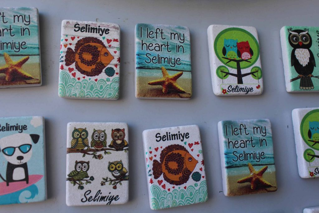 Verschillende vrolijke koelkastmagneten met Selimiye erop