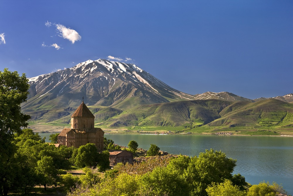 Akdamar eiland bij het Van meer, Turkije met een kerkje op de voorgrond