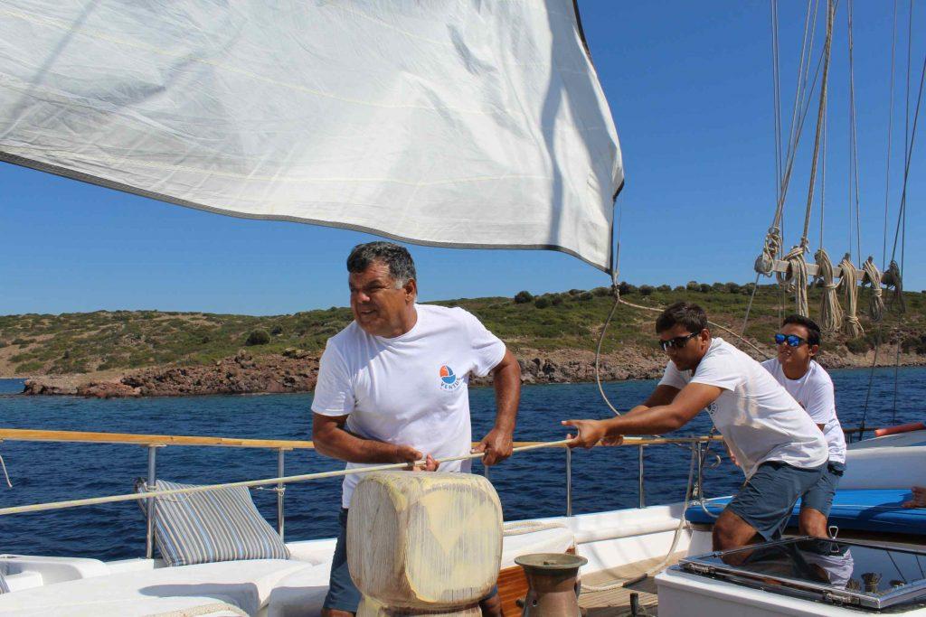 De bemanning van zeilschip Borina 1 aan het werk tijdens het zeilen