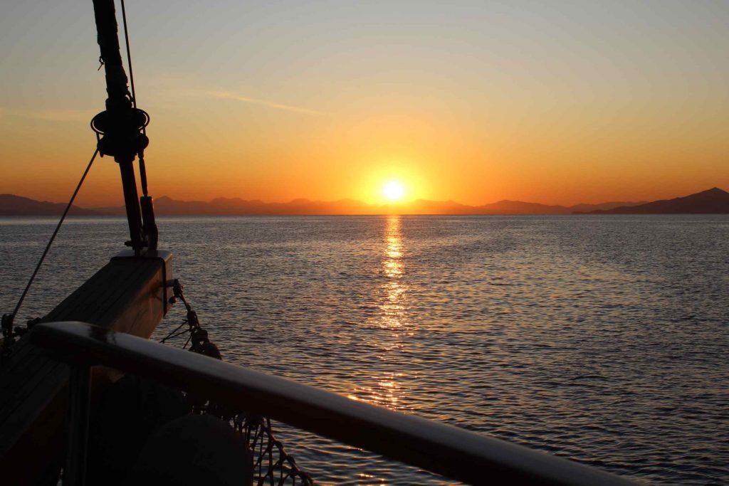 Zonsondergang gezien vanaf een zeiljacht op de Egeïsche Zee in Turkije