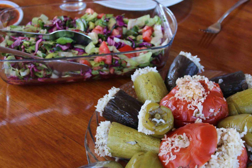 Met rijstmengsel gevulde tomaten, courgette en aubergine en een Turkse salade