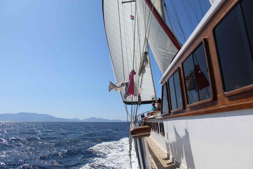 Turks houten jacht is aan het zeilen op zee