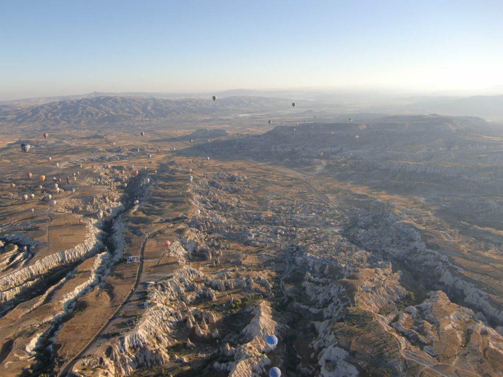 Uitzicht op vallei Cappadocie vanuit luchtballon