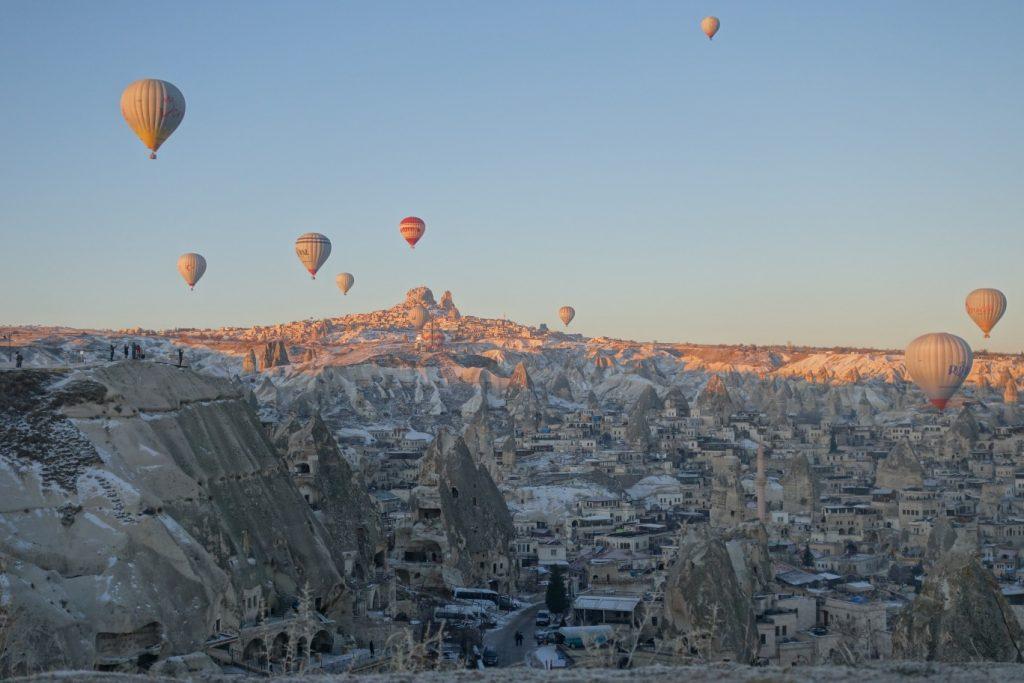 Göreme luchtballonen met uitzicht op Uchisar