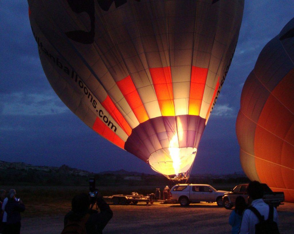 Luchtballon die opstijgt