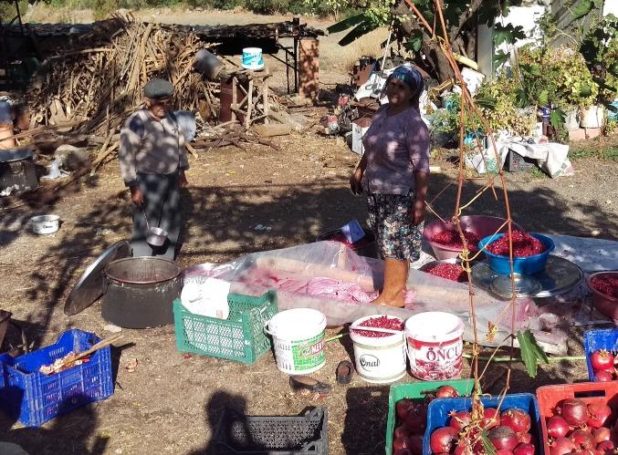 Turks  ouder echtpaar verwerkt granaatappels tot sap