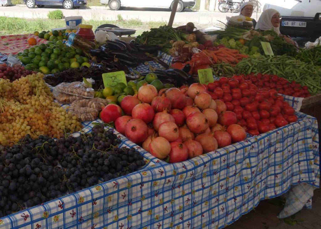 Marktkraam op Turkse markt met granaatappels en ander fruit