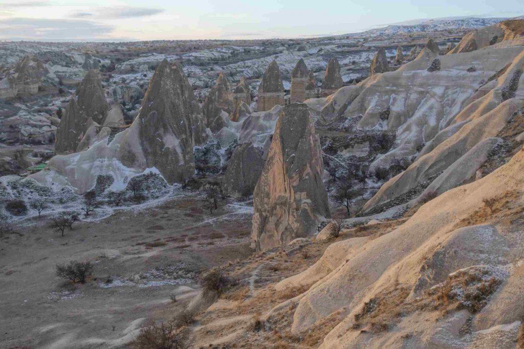 Winters landschap in Cappadocië, Turkije met bijzonder gevormd gesteente